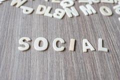 SOZIALwort von hölzernen Alphabetbuchstaben Geschäft und Idee stockfoto