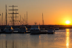 SOZOPOL, BULGÁRIA - 11 DE JULHO DE 2016: Por do sol no porto de Sozopol, Bulgária Fotografia de Stock