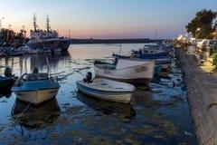 SOZOPOL, BULGÁRIA - 11 DE JULHO DE 2016: Por do sol no porto de Sozopol, Bulgária Imagens de Stock Royalty Free