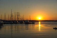 SOZOPOL, BULGÁRIA - 11 DE JULHO DE 2016: Por do sol surpreendente no porto de Sozopol, Bulgária Imagem de Stock