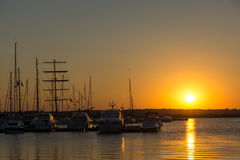 SOZOPOL, BULGÁRIA - 11 DE JULHO DE 2016: Por do sol surpreendente no porto de Sozopol, Bulgária Fotos de Stock