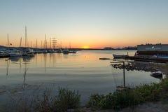 SOZOPOL, BULGÁRIA - 11 DE JULHO DE 2016: Por do sol surpreendente no porto de Sozopol, Bulgária Foto de Stock Royalty Free