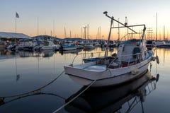 SOZOPOL, BULGÁRIA - 11 DE JULHO DE 2016: Por do sol surpreendente no porto de Sozopol, Bulgária Imagens de Stock Royalty Free