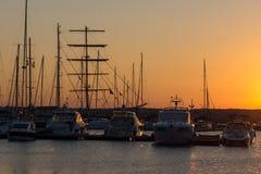 SOZOPOL, BULGÁRIA - 11 DE JULHO DE 2016: Por do sol surpreendente no porto de Sozopol, Bulgária Fotografia de Stock Royalty Free