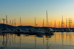 SOZOPOL, BULGÁRIA - 11 DE JULHO DE 2016: Por do sol surpreendente no porto de Sozopol, Bulgária Fotografia de Stock