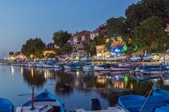 SOZOPOL, BULGÁRIA - 11 DE JULHO DE 2016: Por do sol surpreendente no porto de Sozopol, Bulgária Imagens de Stock