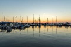 SOZOPOL, BULGÁRIA - 11 DE JULHO DE 2016: Por do sol surpreendente no porto de Sozopol, Bulgária Foto de Stock