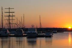 SOZOPOL, BULGÁRIA - 11 DE JULHO DE 2016: Por do sol surpreendente no porto de Sozopol, Bulgária Imagem de Stock Royalty Free