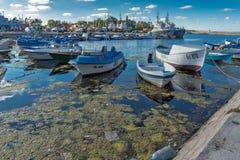 SOZOPOL, BULGARIA - 12 DE JULIO DE 2016: Panorama asombroso del puerto de ciudad de Sozopol, Bulgaria Foto de archivo