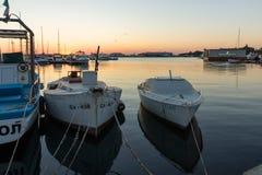 SOZOPOL, BULGARIA - 11 DE JULIO DE 2016: Puesta del sol asombrosa en el puerto de Sozopol, Bulgaria Imagen de archivo