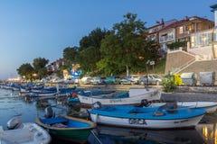 SOZOPOL, BULGARIA - 11 DE JULIO DE 2016: Puesta del sol asombrosa en el puerto de Sozopol, Bulgaria Imagenes de archivo