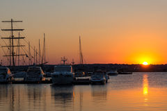 SOZOPOL, BULGARIA - 11 DE JULIO DE 2016: Puesta del sol asombrosa en el puerto de Sozopol, Bulgaria Imágenes de archivo libres de regalías