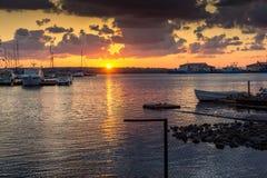 SOZOPOL, BULGARIA - 12 DE JULIO DE 2016: Puesta del sol asombrosa en el puerto de Sozopol, Bulgaria Imágenes de archivo libres de regalías