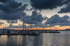 SOZOPOL, BULGARIA - 12 DE JULIO DE 2016: Puesta del sol asombrosa en el puerto de Sozopol, Bulgaria Foto de archivo libre de regalías
