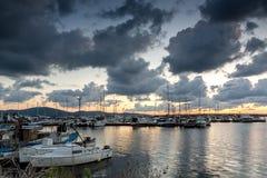SOZOPOL, BULGARIA - 12 DE JULIO DE 2016: Puesta del sol asombrosa en el puerto de Sozopol, Bulgaria Fotos de archivo