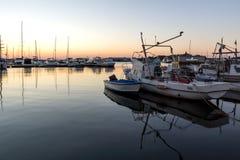 SOZOPOL, BULGARIA - 11 DE JULIO DE 2016: Puesta del sol asombrosa en el puerto de Sozopol, Bulgaria Fotografía de archivo