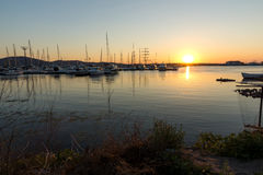 SOZOPOL, BULGARIE - 11 JUILLET 2016 : Coucher du soleil étonnant au port de Sozopol, Bulgarie Image libre de droits
