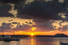 SOZOPOL, BULGARIE - 12 JUILLET 2016 : Coucher du soleil étonnant au port de Sozopol, Bulgarie Image stock