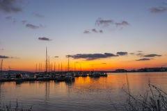 SOZOPOL, BULGARIE - 13 JUILLET 2016 : Vue de coucher du soleil de port de ville de Sozopol, région de Burgas Images stock