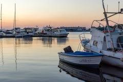 SOZOPOL, BULGARIEN - 11. JULI 2016: Erstaunlicher Sonnenuntergang am Hafen von Sozopol, Bulgarien Lizenzfreies Stockbild