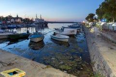 SOZOPOL, BULGARIEN - 11. JULI 2016: Erstaunlicher Sonnenuntergang am Hafen von Sozopol, Bulgarien Lizenzfreies Stockfoto