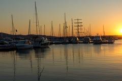 SOZOPOL, BULGARIEN - 11. JULI 2016: Erstaunlicher Sonnenuntergang am Hafen von Sozopol, Bulgarien Lizenzfreie Stockbilder