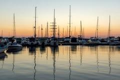 SOZOPOL, BULGARIEN - 11. JULI 2016: Erstaunlicher Sonnenuntergang am Hafen von Sozopol, Bulgarien Lizenzfreie Stockfotos