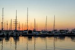 SOZOPOL, BULGARIEN - 11. JULI 2016: Erstaunlicher Sonnenuntergang am Hafen von Sozopol, Bulgarien Stockfotos