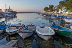 SOZOPOL, BULGARIEN - 11. JULI 2016: Erstaunlicher Sonnenuntergang am Hafen von Sozopol, Bulgarien Stockfoto