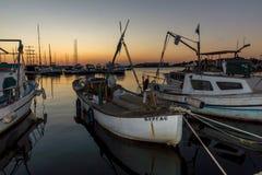 SOZOPOL, BULGARIEN - 11. JULI 2016: Erstaunlicher Sonnenuntergang am Hafen von Sozopol, Bulgarien Stockfotografie
