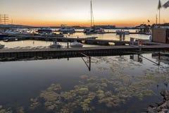 SOZOPOL, BULGARIEN - 11. JULI 2016: Erstaunlicher Sonnenuntergang am Hafen von Sozopol, Bulgarien Stockbild