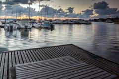 SOZOPOL, BULGARIEN - 12. JULI 2016: Erstaunlicher Sonnenuntergang am Hafen von Sozopol, Bulgarien Lizenzfreies Stockbild
