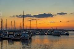 SOZOPOL, BULGARIEN - 12. JULI 2016: Erstaunlicher Sonnenuntergang am Hafen von Sozopol, Bulgarien Stockfotografie