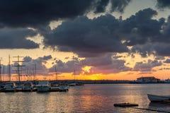 SOZOPOL, BULGARIEN - 12. JULI 2016: Erstaunlicher Sonnenuntergang am Hafen von Sozopol, Bulgarien Lizenzfreies Stockfoto