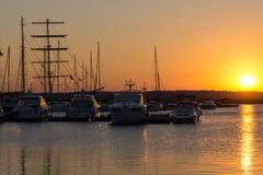 SOZOPOL, BULGARIEN - 11. JULI 2016: Sonnenuntergang am Hafen von Sozopol, Bulgarien Stockfotografie