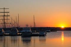 SOZOPOL, BULGARIEN - 11. JULI 2016: Sonnenuntergang am Hafen von Sozopol, Bulgarien Stockbild