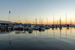SOZOPOL, BULGARIEN - 11. JULI 2016: Sonnenuntergang am Hafen von Sozopol, Bulgarien Lizenzfreie Stockfotos