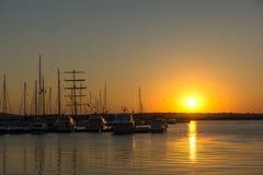 SOZOPOL, BULGARIEN - 11. JULI 2016: Sonnenuntergang am Hafen von Sozopol, Bulgarien Lizenzfreie Stockfotografie