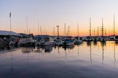 SOZOPOL, BULGARIEN - 11. JULI 2016: Sonnenuntergangansicht des Hafens von Sozopol-Stadt Stockbild