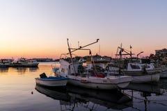 SOZOPOL, BULGARIEN - 11. JULI 2016: Sonnenuntergangansicht des Hafens von Sozopol-Stadt, Burgas-Region Lizenzfreies Stockfoto