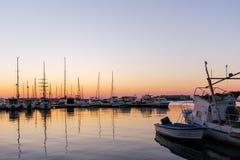 SOZOPOL, BULGARIEN - 11. JULI 2016: Sonnenuntergangansicht des Hafens von Sozopol-Stadt, Burgas-Region Lizenzfreie Stockfotos