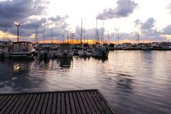 SOZOPOL, BULGARIEN - 12. JULI 2016: Sonnenuntergangansicht des Hafens von Sozopol-Stadt, Burgas-Region Stockfotografie