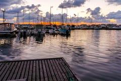 SOZOPOL, BULGARIEN - 12. JULI 2016: Sonnenuntergangansicht des Hafens von Sozopol-Stadt, Burgas-Region Lizenzfreies Stockfoto
