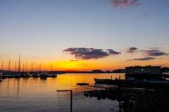 SOZOPOL, BULGARIEN - 13. JULI 2016: Sonnenuntergangansicht des Hafens von Sozopol-Stadt, Burgas-Region Stockfotografie