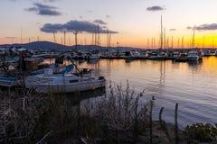 SOZOPOL, BULGARIEN - 13. JULI 2016: Sonnenuntergangansicht des Hafens von Sozopol-Stadt, Burgas-Region Lizenzfreie Stockfotografie