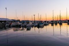 SOZOPOL, BULGARIEN - 11. JULI 2016: Sonnenuntergangmeerblick auf dem Hafen von Sozopol, Burgas-Region Stockbild