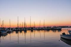SOZOPOL, BULGARIEN - 11. JULI 2016: Sonnenuntergangmeerblick auf dem Hafen von Sozopol, Burgas-Region Lizenzfreie Stockfotos