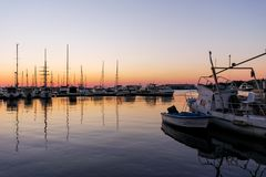 SOZOPOL, BULGARIEN - 11. JULI 2016: Sonnenuntergangmeerblick auf dem Hafen von Sozopol, Burgas-Region Stockfotos