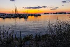 SOZOPOL, BULGARIEN - 13. JULI 2016: Sonnenuntergangmeerblick auf dem Hafen von Sozopol, Burgas-Region Lizenzfreie Stockfotos