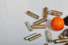 Spędzone baterie i zatarta mandarynka Przetwarzać jałowe baterie na rowerze ekologicznej energii & oznaczają organy kanałowej prz zdjęcia royalty free